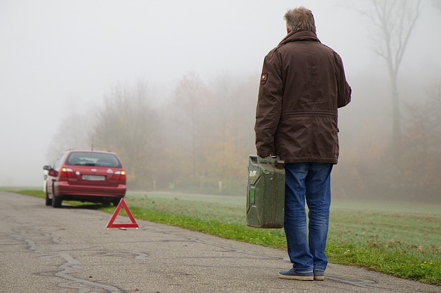 muž za autem