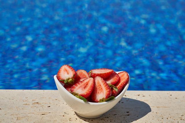 jahody u bazénu